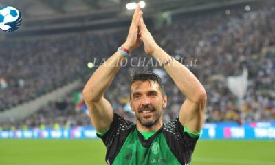 Gigi Buffon applaude la Curva Nord