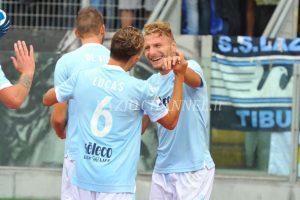 Lucas Leiva abbraccia Immobile dopo la vittoria della Lazio contro il Milan