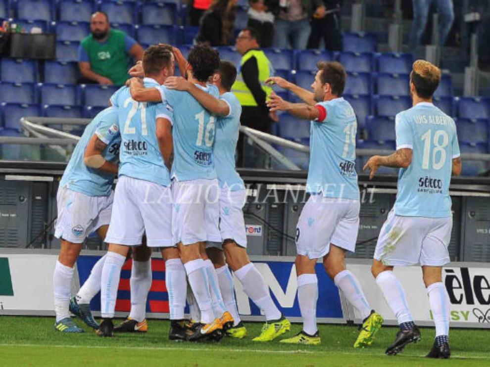 La Lazio esulta dopo il gol di de Vrij al Napoli