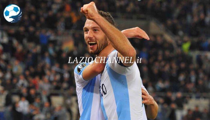 Stefan de Vrij difensore della Lazio esulta dopo la vittoria contro il Nizza