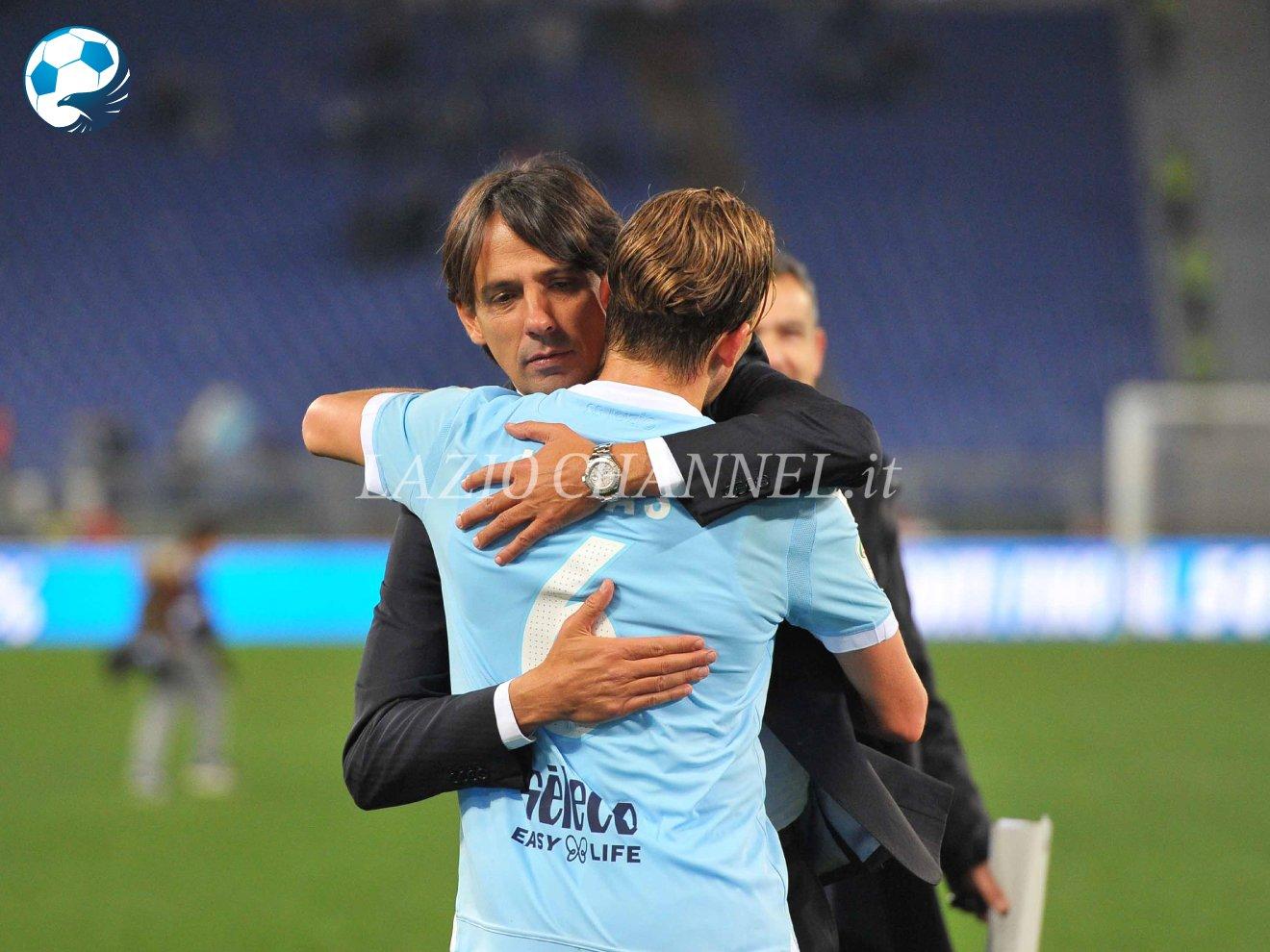 Abbraccio tra Lucas Leiva e Simone Inzaghi