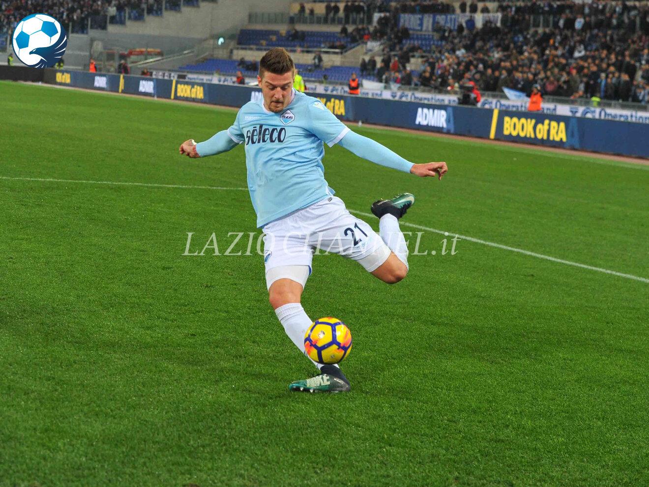 Sergej Milinkovic-Savic centrocampista della Lazio calcia la palla