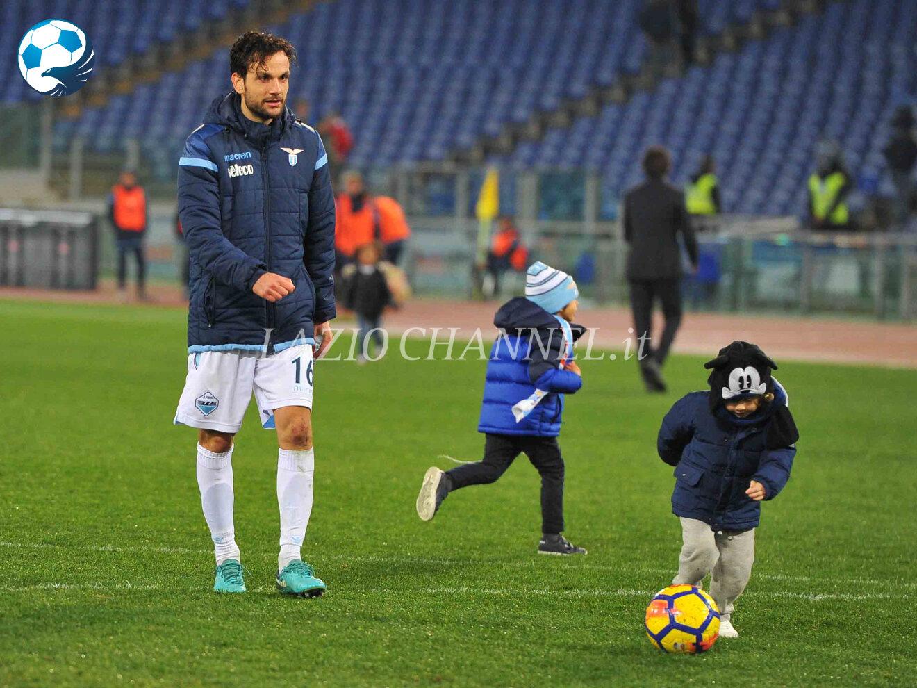 Marco Parolo centrocampista della Lazio gioca coi figli a fine partita