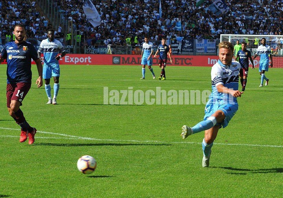 Immobile calcia il pallone in Lazio Genoa